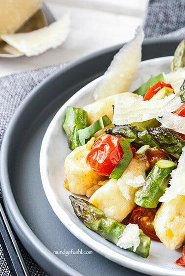Gnocchi mit gebratenem Spargel, Bärlauch und Kirschtomaten