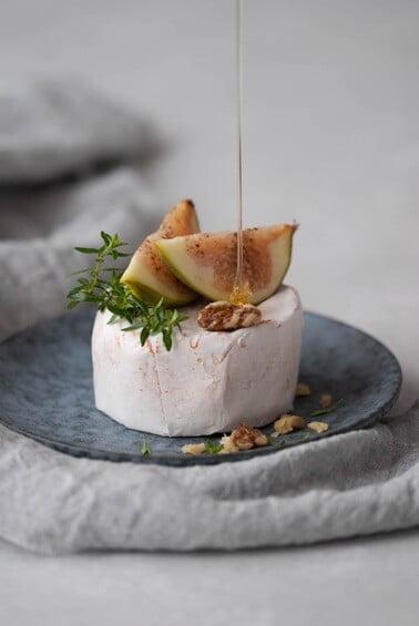 Camembert wurde mit Feigen, Nüssen und Honig angerichtet