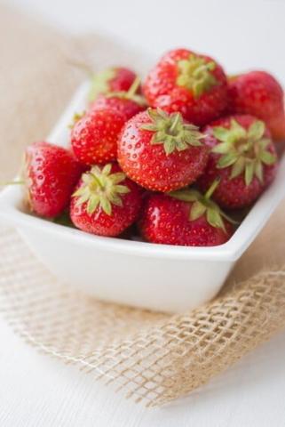 Eine Schüssel voller Erdbeeren