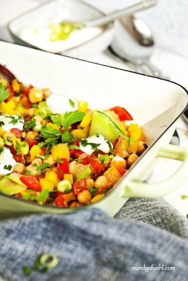 Einfache Gemüsepfanne mit Kichererbsen und Tahini