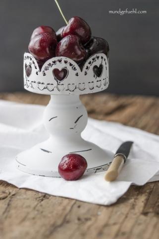 Kirschen auf einer Etagere mit einem Messer