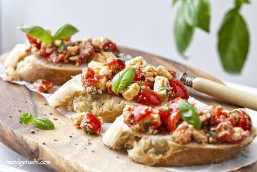 Schnelle Bruschetta mit Tomaten und Schafskäse