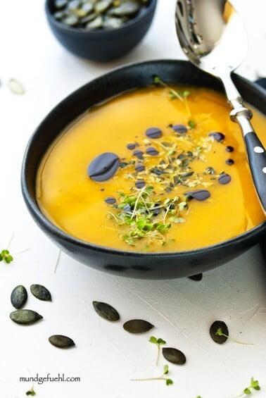 Schnelle 15 Minuten Kürbissuppe – einmal klassisch, einmal exotisch