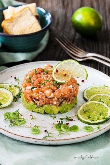 Göttliches Lachstatar gebettet auf Avocado