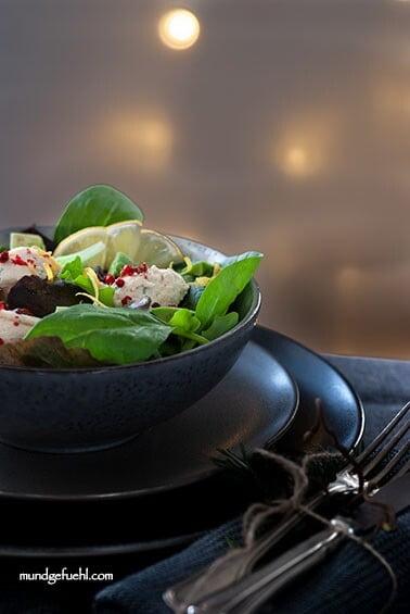 Blattsalat mit Forellenmoussebällchen und Avocado