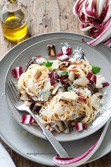 Spaghetti mit italienisch gebratenem Radicchio und Pinienkernen