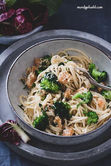 Spaghetti mit Brokkoli und gebratenem Kürbis in Ricotta geschwenkt