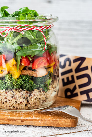 Quinoa-Pilz-Salat mit gebratenem Brokkoli, Paprika, Tomaten und Rucola