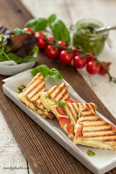 Toast Caprese mit Basilikumpesto