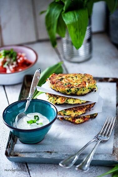 Schnelle Zucchinipuffer mit Bärlauch und Kräuterdip