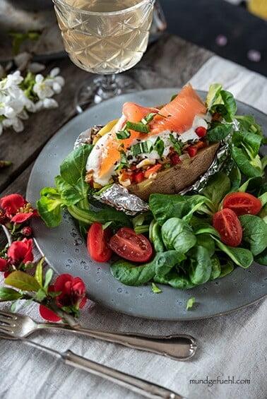 Ofenkartoffel mit Lachs auf Salatbett