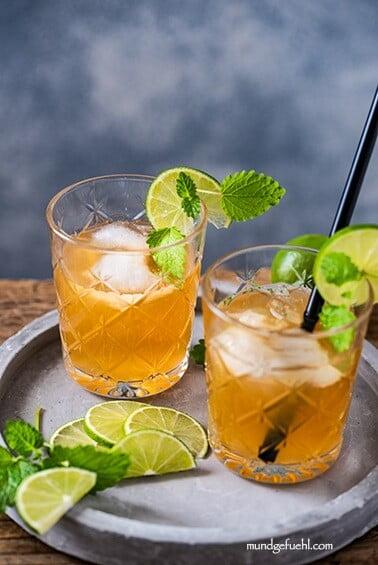 Mocktail mit Orange, Zitronenmelisse und Pfefferminze