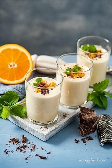 Topfencreme (Quarkcreme) mit Orange und Schokostückchen