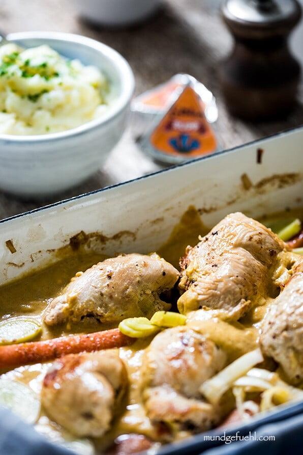 Eine Ofenform mit Hühnerrouladen steht am Tisch