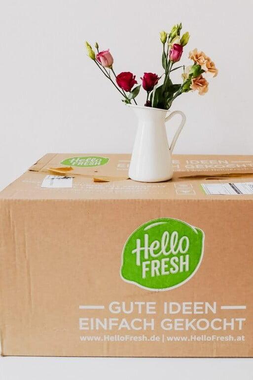 Kochbox von HelloFresh steht auf einem Karton