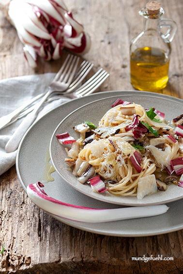 Spaghetti mit gebratenem Radicchio und Pinienkernen