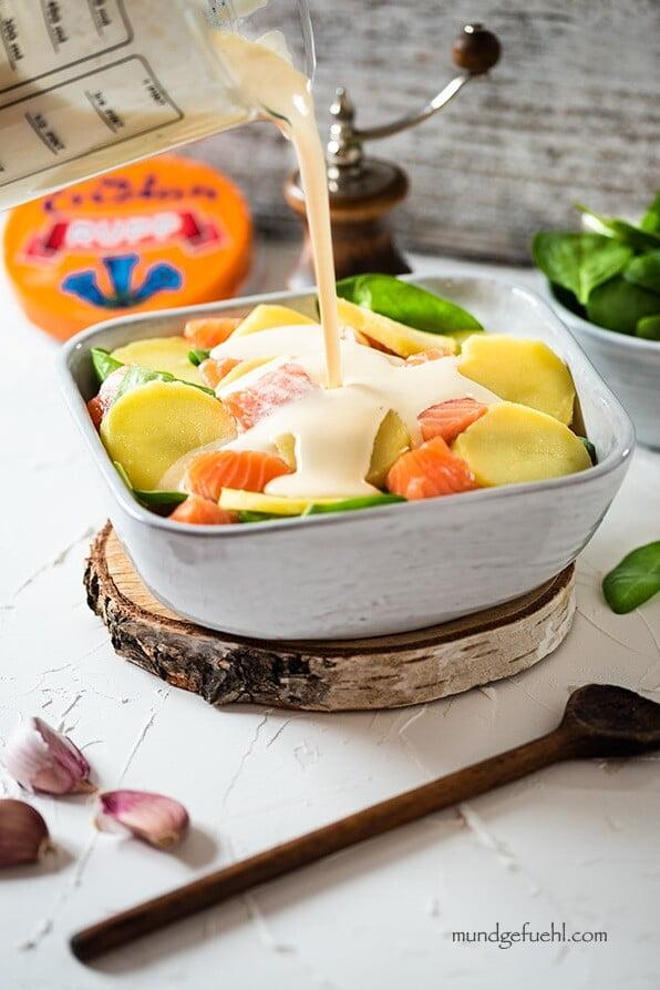 Kartoffel-Lachs-Auflauf-mit-Spinat in Auflaufform mit Salat