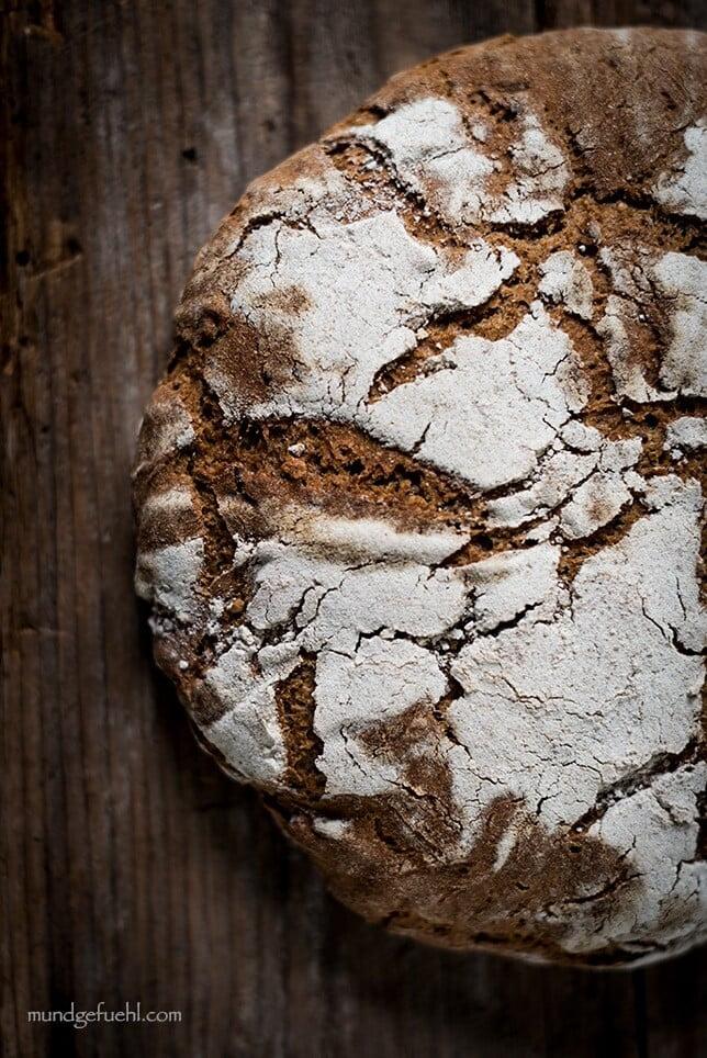 Brotlaib liegt auf Holz