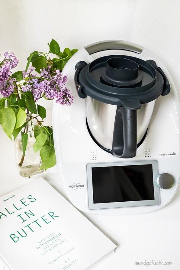 Thermomix mit Kochbuch und Blumen