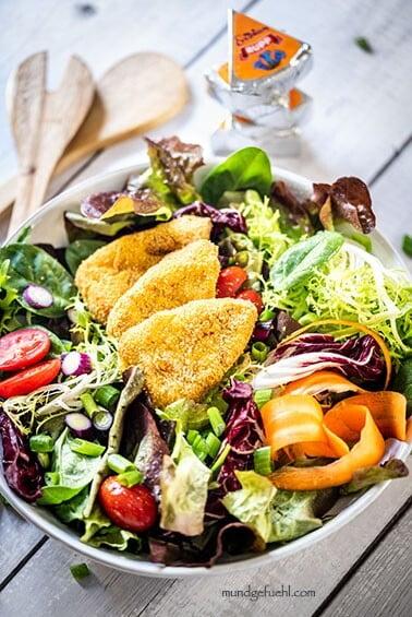 Herbstlicher Salat mit knusprigen Kartoffel Kürbis Ecken