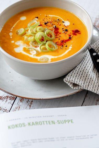 Kokos-Karotten-Suppe in einer Schale