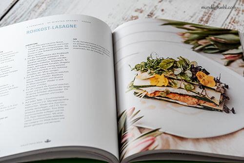ein aufgeschlagenes Kochbuch liegt am Tisch