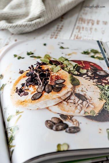 aufgeschlagenes Kochbuch liegt am Tisch