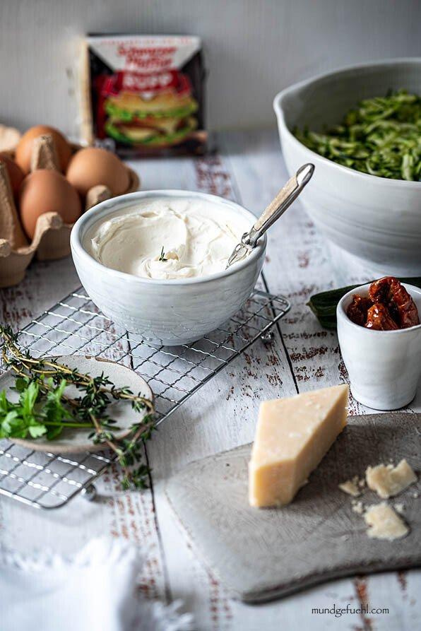 Zutaten für Zucchini Auflauf mit Ricotta stehen am Tisch