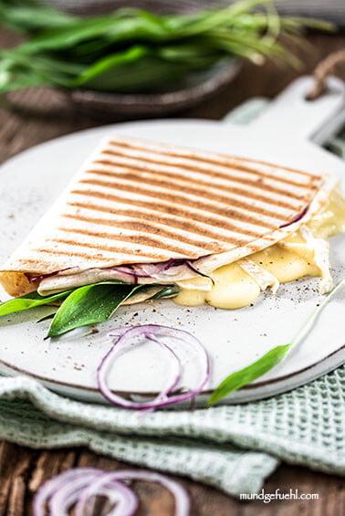 Vegetarischer Tortilla Wrap mit Brie und Bärlauch
