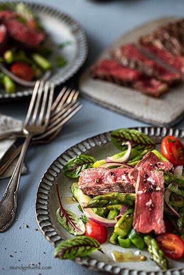 Salat mit gebratenem Spargel und Rumpsteak