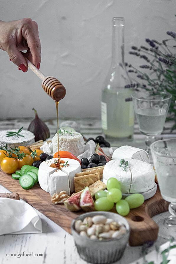 Käseplatte mit Ziegenkäse aus Frankreich und Wein