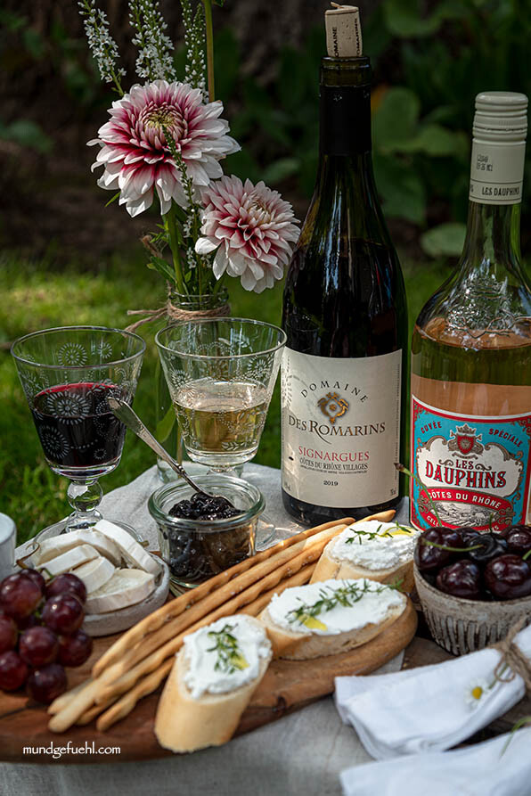 Picknick mit Käse, Kirschen, Trauben und Wein