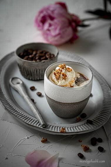 Affogato al caffè mit karamellisierten Walnüssen